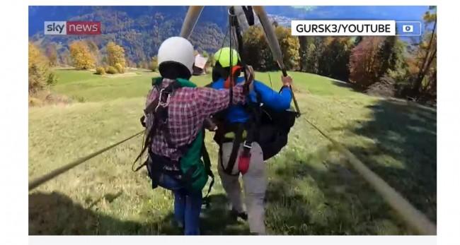 ハングライダーで宙ぶらりん ※海外メディア「SkyNews」のスクリーンショット